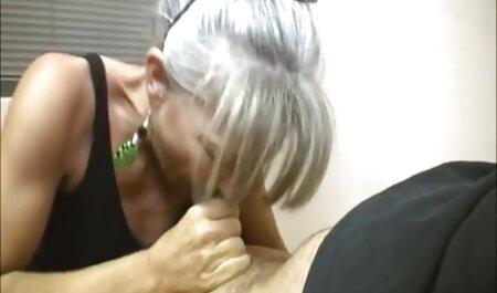 Chica bang con un juguete porno anal swinger en la silla
