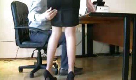 Mujer joven con ojos grandes, mano, cuello, delante de la cámara de videos de sexo swingers la lente