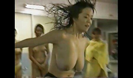 Un hombre la golpea en parejas swinger porno el cuello y en la cara