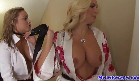 Porno: un hombre trios swingers videos vierte aceite en ella