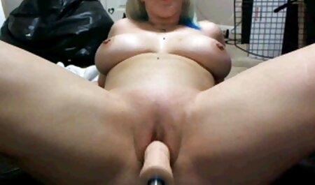Mujer divirtiéndose en la cocina fiestas swinger porno con un hombre joven,