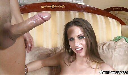 Mamada para un chico en el swinger casero porno sofá
