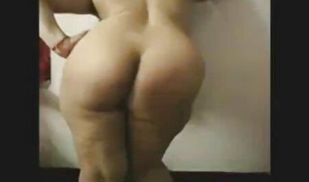 Una muñeca con pantalones cortos, hahal diversión con una gran polla en una cama después de la Universidad ver videos swinger