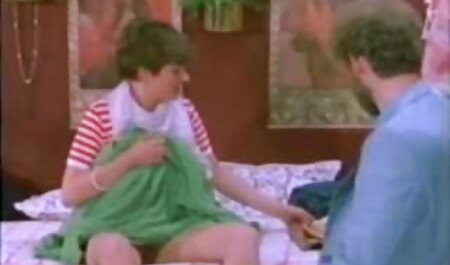 Bueno quitarse los zapatos azules y calcetines en la cama con una manta swinger español xxx roja