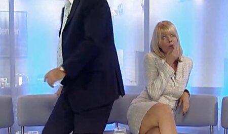 En el sofá, swingar porno masajista llena el culo con un ángulo a la parte posterior de su cabeza